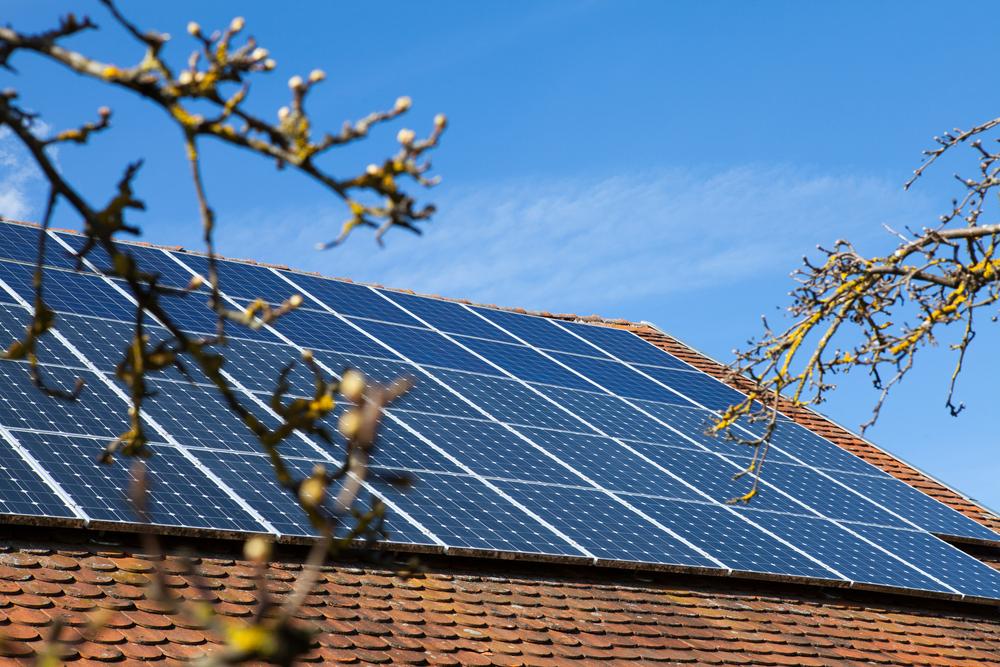 polykristallijn zonnepanelen op een dak geinstalleerd
